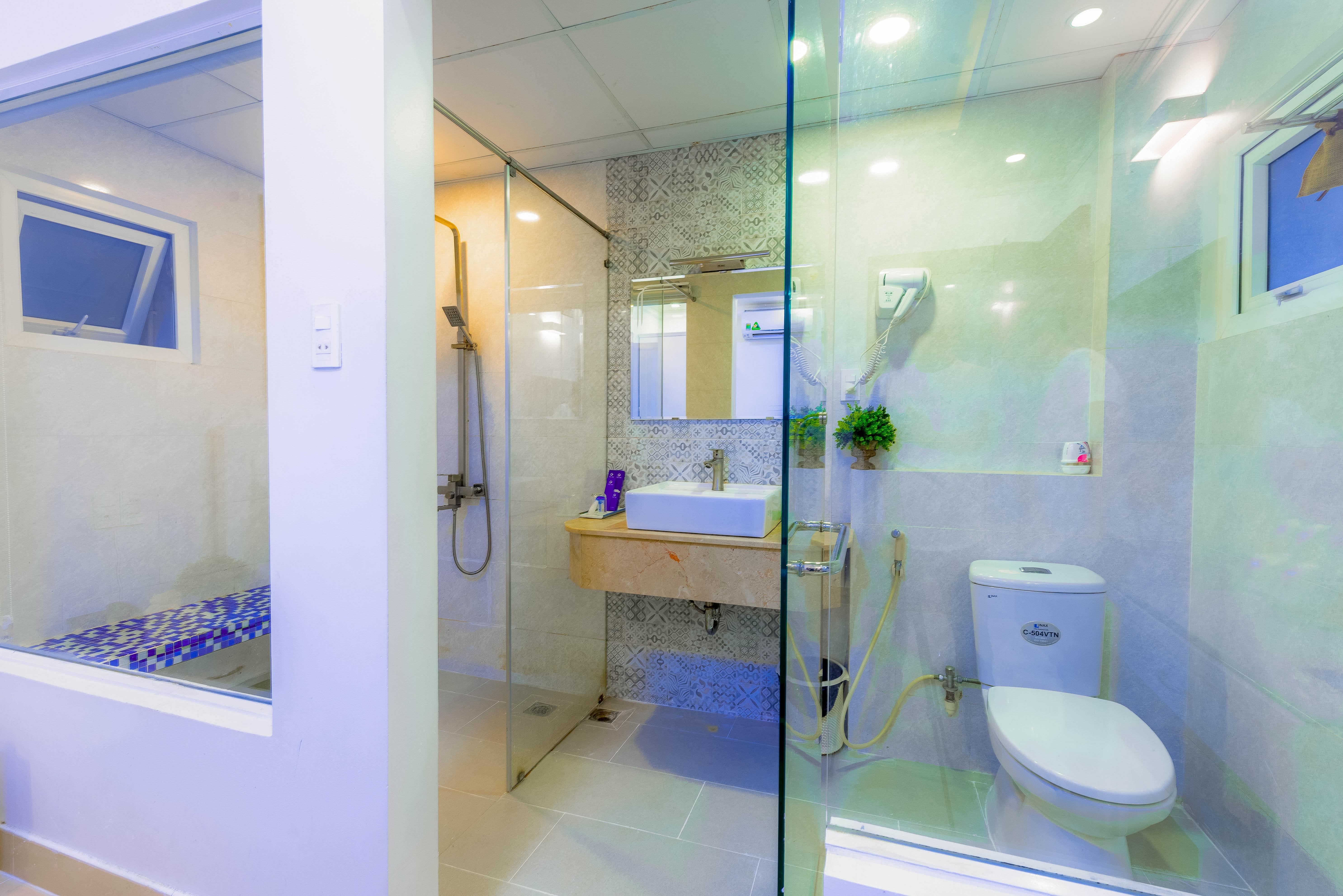 Sklo v kúpeľni dodá jej interiéru nádych luxusu