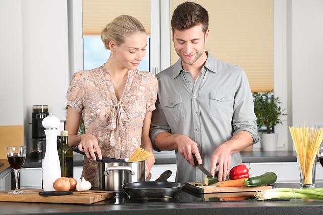 Muž a žena pri varení.jpg
