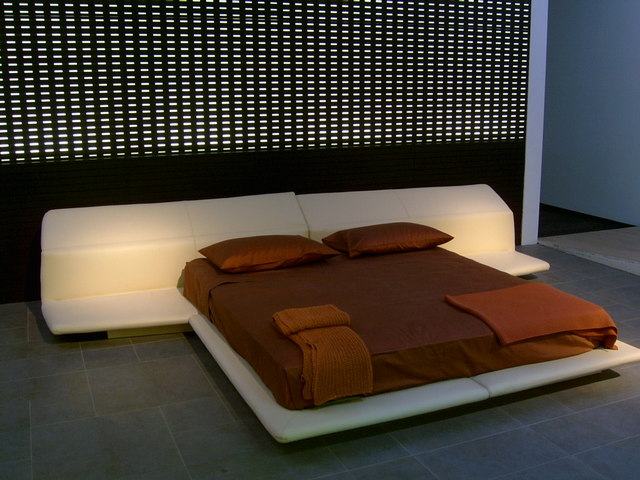 Biela nízka posteľ s hnedým manželským matracom