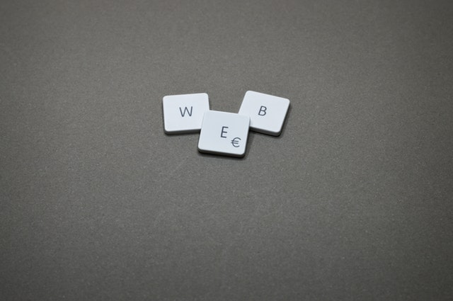 """Slovo """"web"""" vyskladané z počítačovej klávesnice.jpg"""