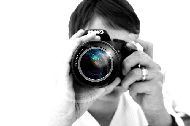 osoba fotí zrkadlovkou.jpg