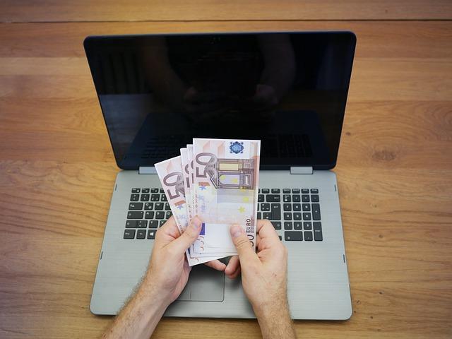 peniaze v ruke.jpg