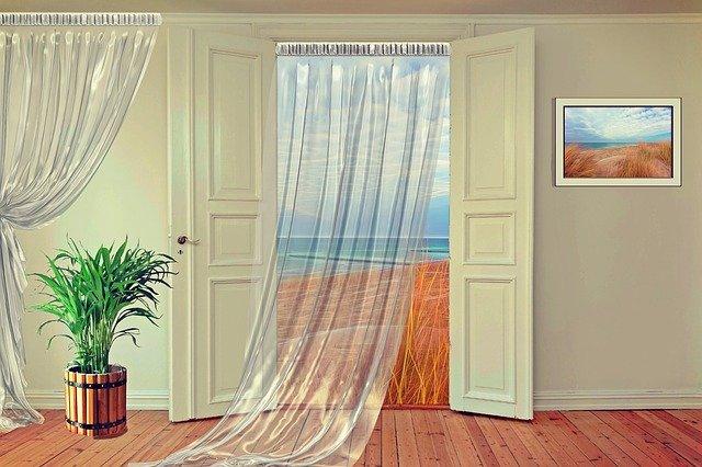 Otvorené dvere, záclony.jpg