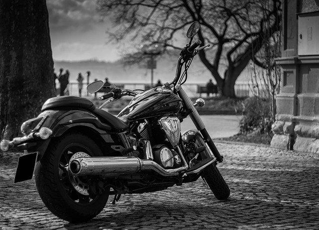 čierno-biela motorka