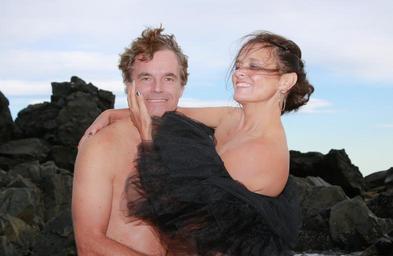 Muž a žena, zamilovaný pár na pláži
