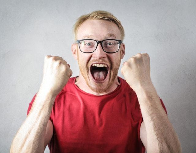 Muž v červenom tričku sa teší