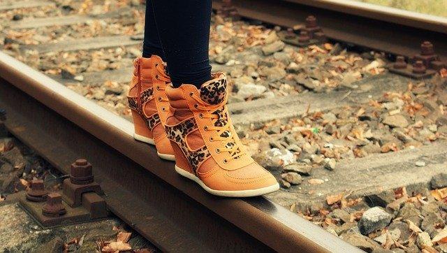ženské topánky, koľajnice